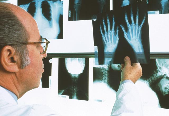 Доктор изучает снимки