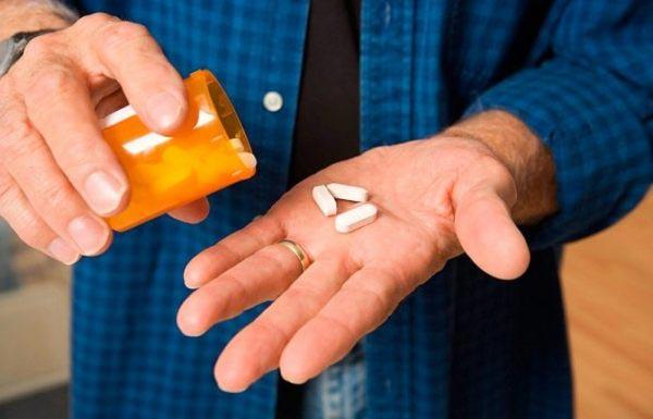 мужчина выкидывает таблетки