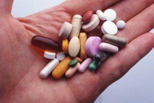 разные таблетки на руках