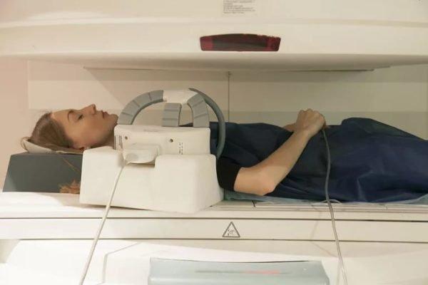 девушка в томографе