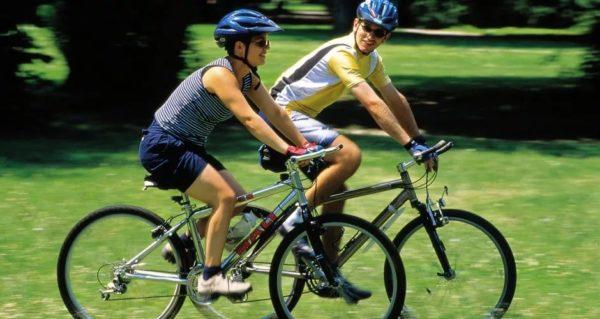 катаются на велосипеде