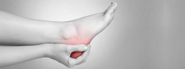 Сильно болят пятки ног, почему больно наступать по утрам
