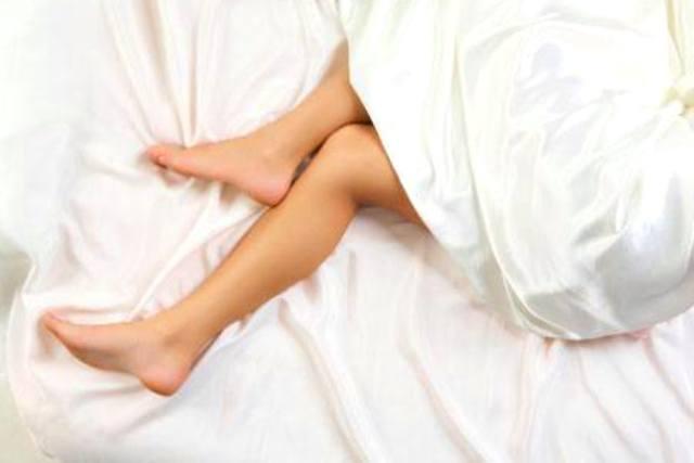 В чем причина если сводит ноги судорогой, лечение у женщин