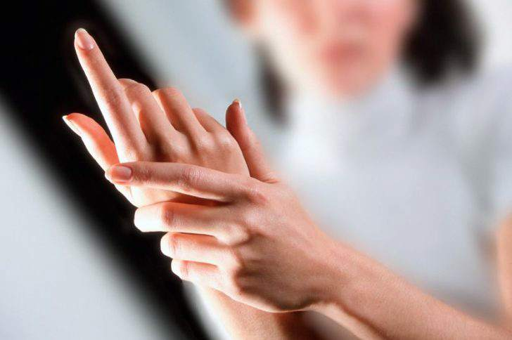 Почему немеют руки и болят запястья